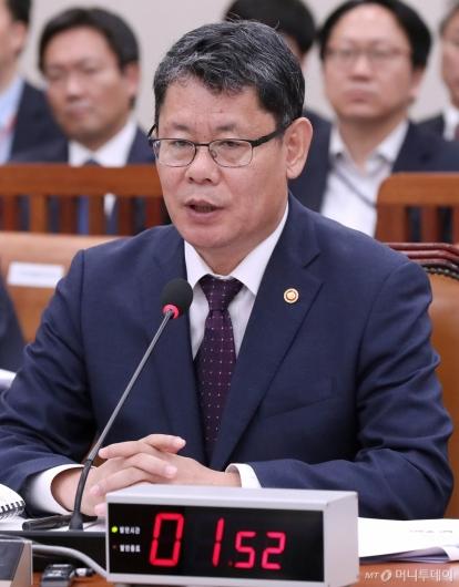 [사진]답변하는 김연철 장관