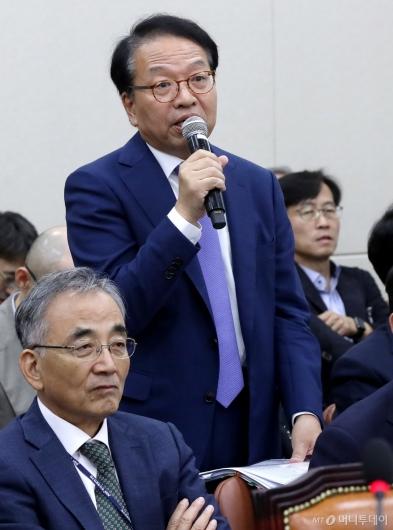 [사진]답변하는 한인섭 한국형사정책연구원장