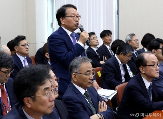 [사진]질의 답변하는 한인섭 한국형사정책연구원장