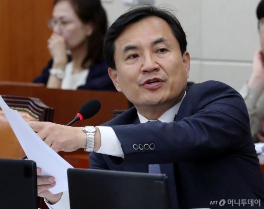 [사진]자료 제출 요구하는 김진태 의원