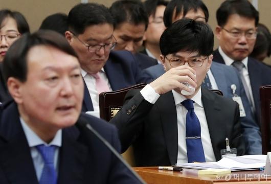 [사진]물 마시는 한동훈 부장검사