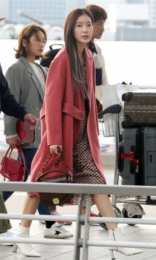[사진]임수향 '핑크뮬리 코트'