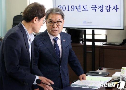 [사진] [국감]대화 나누는 조희연·이재정
