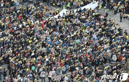 [사진] 구호 외치는 시민들