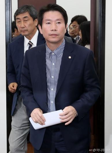 [사진]회의 참석하는 이인영 원내대표