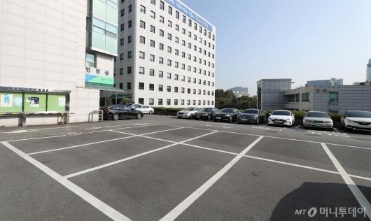[사진]'미세먼지 차량 2부제' 한산한 주차장