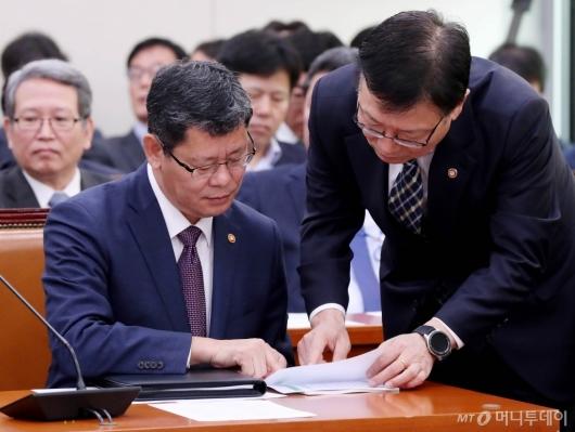 [사진]자료 검토하는 김연철 장관