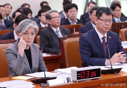 [사진]질의 경청하는 강경화-김연철
