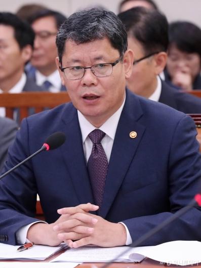 [사진]국감 출석한 김연철 장관