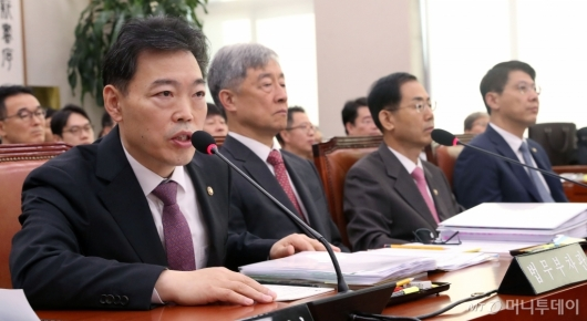 [사진]답변하는 김오수 차관