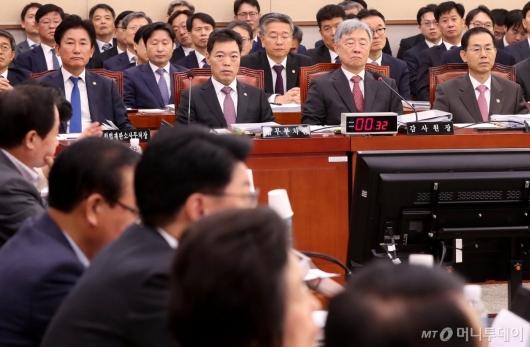 [사진]질의 경청하는 김오수 차관