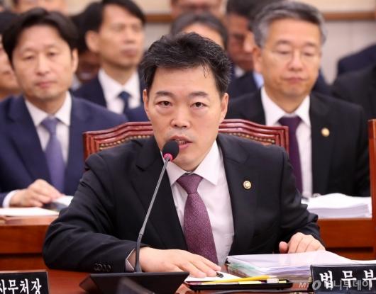 [사진]질의 답변하는 김오수 차관