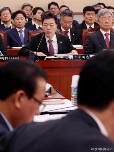 [사진]국감 출석한 김오수 차관