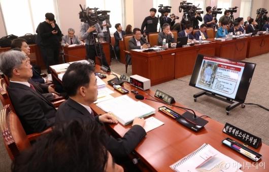 [사진]박근혜 전 대통령 관련 질문 받는 김오수