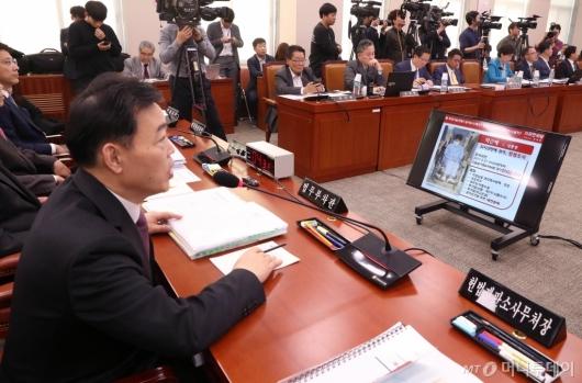 [사진]박 전 대통령 수사 관련 답변하는 김오수