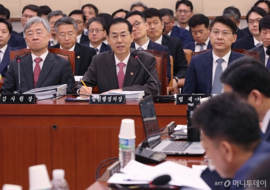 [사진]질의 답변하는 조재연 법원행정처장