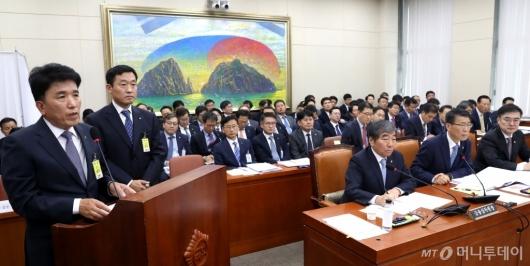 [사진]국감 증인 출석한 함영주 부회장