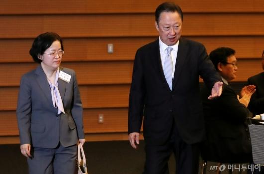 [사진]조성욱 위원장 안내하는 박용만 회장