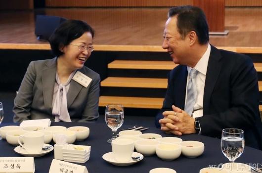 [사진]대화 나누는 조성욱 위원장-박용만 회장