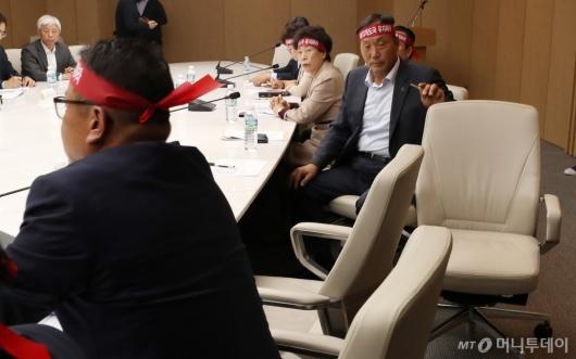 [사진]비공개 회의 반대한 농업인 단체 회장 '회의 거부'