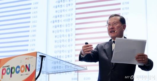[사진]발표하는 김순은 자치분권위원회 위원장