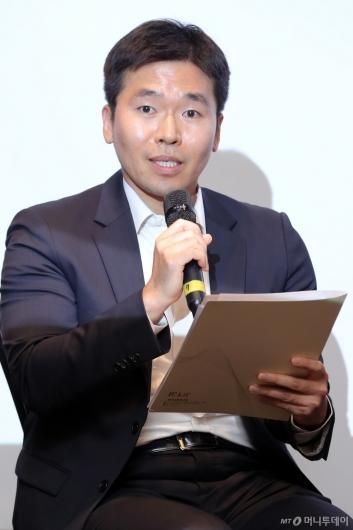 [사진]'인구와 금융의 미래' 토론하는 김석기 금융연구원 연구위원