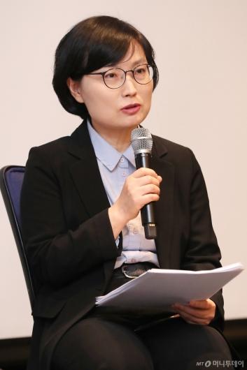 [사진]'인구와 금융의 미래' 토론하는 이경희 상명대 교수