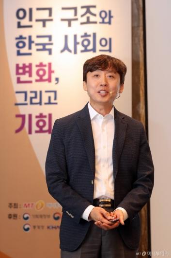 [사진]'미래의 교육' 주제발표하는 김희삼 교수