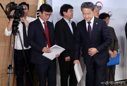 [사진]'액상형 전자담배' 브리핑 마친 박능후 장관