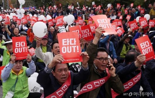 [사진]'타다 반대' 국회 앞으로 모인 택시기사들