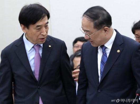 [사진]대화하는 홍남기-이주열