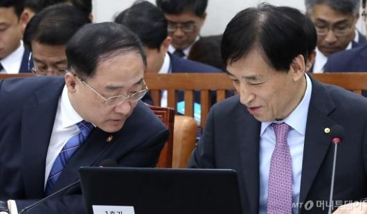 [사진]대화 나누는 홍남기-이주열