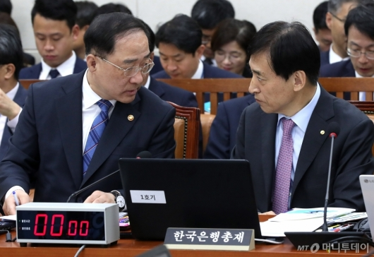 [사진]의견 나누는 홍남기-이주열