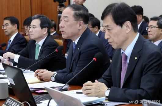 [사진]의원 질의에 답변하는 홍남기