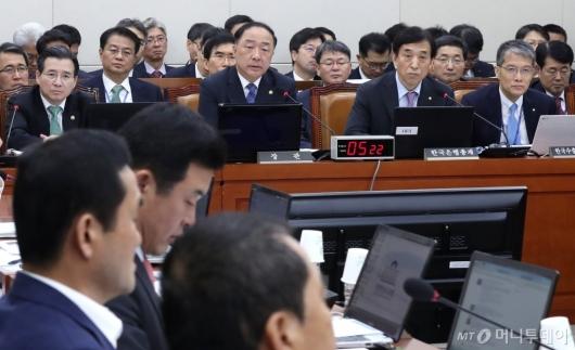 [사진]질의 경청하는 홍남기-이주열