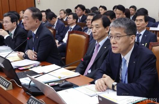 [사진]답변하는 강승중 한국수출입은행장 직무대행