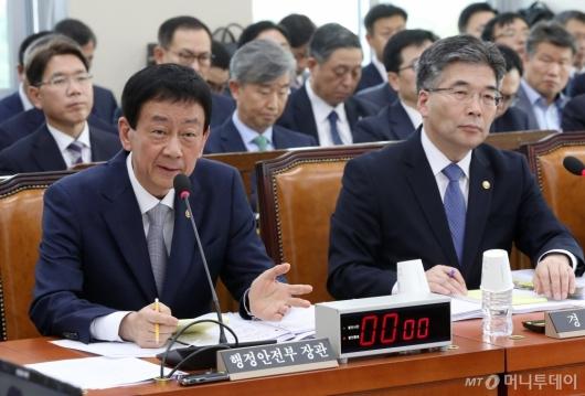 [사진]국정감사 출석한 진영 장관