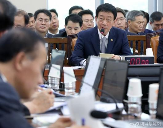 [사진]질의 답변하는 진영 장관