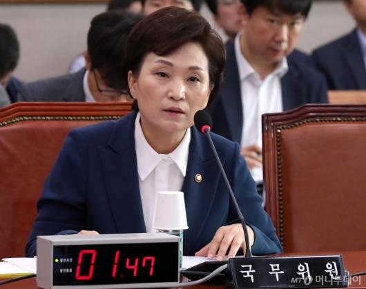 [사진]법사위 회의 참석한 김현미 장관