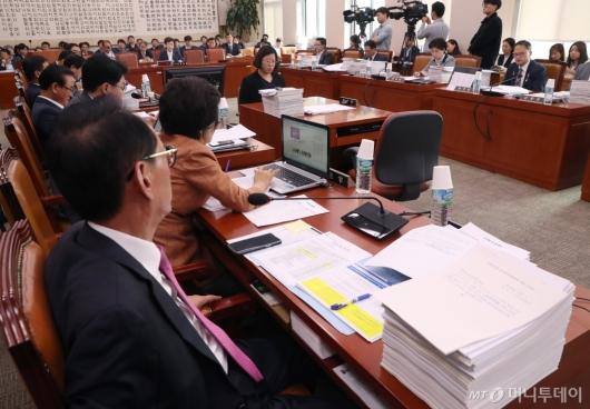 [사진]자료 가득한 법사위 전체회의