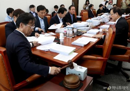 [사진]정무위 법안심사 회의 주재하는 유동수
