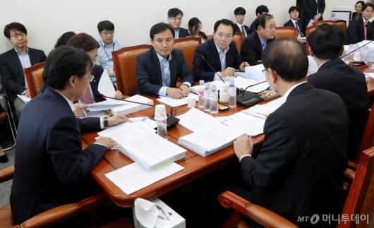 [사진]법안심사 논의하는 정무위