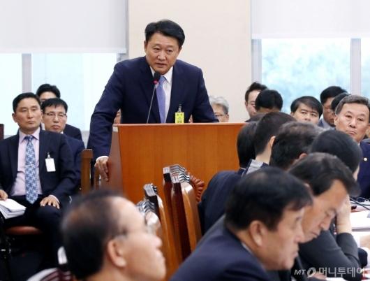 [사진]이철성 전 경찰청장, 국정감사 증인 출석