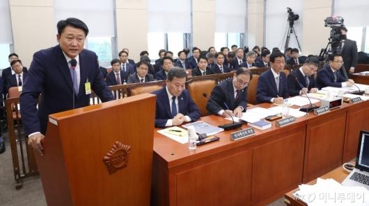 [사진]질의 답변하는 이철성 전 경찰청장