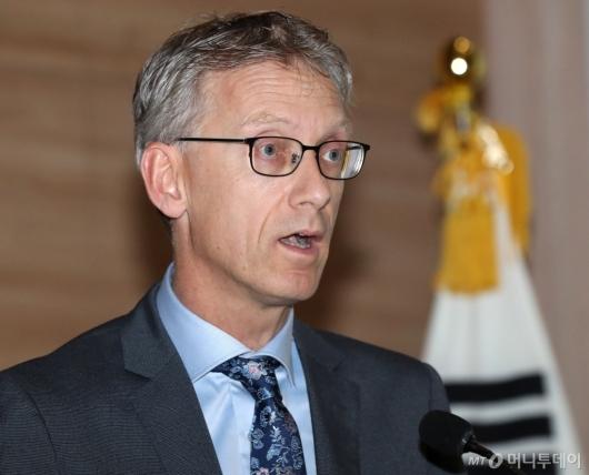 [사진]수소경제 추진전략 발표하는 윌코 피히터