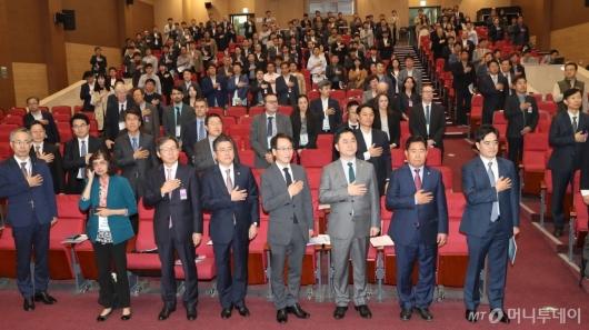 [사진]국민의례하는 2019국제수소경제포럼 참석자들