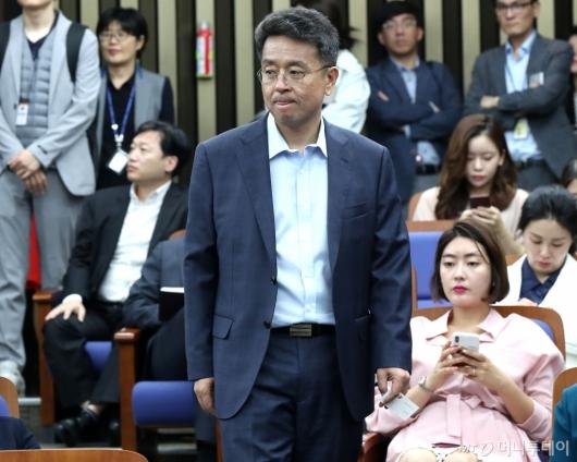 [사진]의원총회 참석하는 이철희
