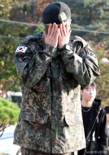 [사진]'전역' 지드래곤 '차마 못보겠어!'