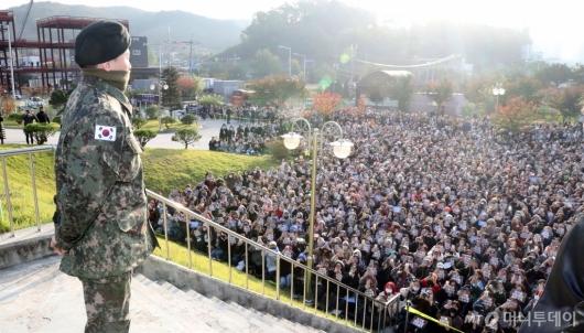 [사진]수천명 팬들 앞에서 선 지드래곤