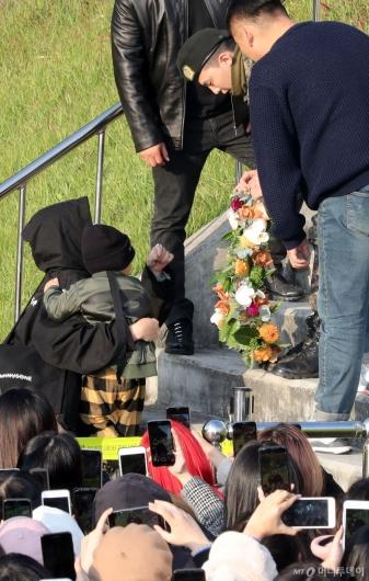 [사진]꽃 선물 받는 지드래곤
